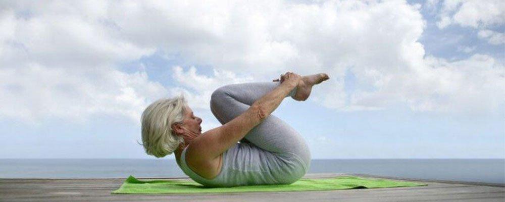Yoga para mayores para mantenerse activo en la madurez